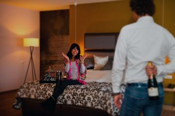 man-verrast-vrouw-met-champagne-in-suite-preston-palace-edit