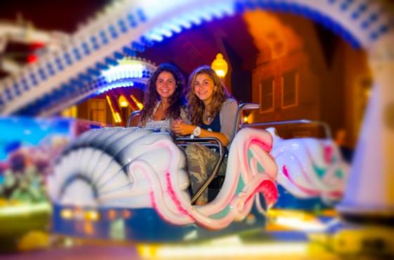 Vriendinnen_in_attractie_Octopus_ndoor-Kermis_Preston_Palace_