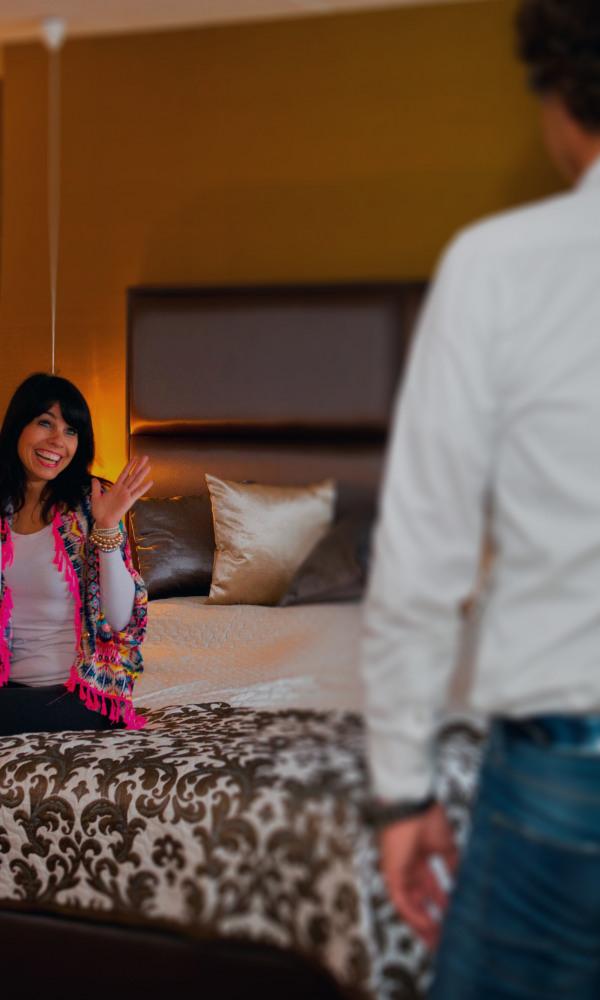 man-verrast-vrouw-met-champagne-in-suite-preston-palace-edit-mobile