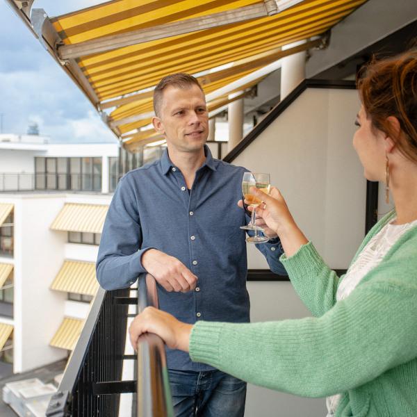 Proosten op balkon Preston Palace