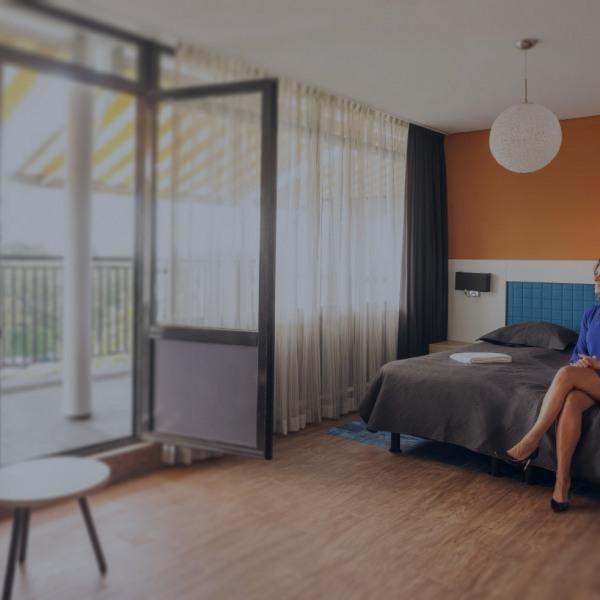 web-balkon-hotelkamer-4e-etage-bed-agnes-2-gedimd