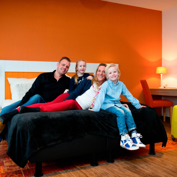 Ouders-met_twee_kinderen_in_Royal_Hotelkamer_Preston_Palace