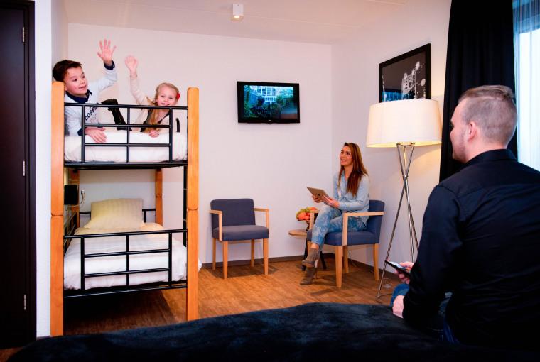 Kids_op_stapelbed_met_ouders_in_Royal_hotelkamer_Preston_Palace