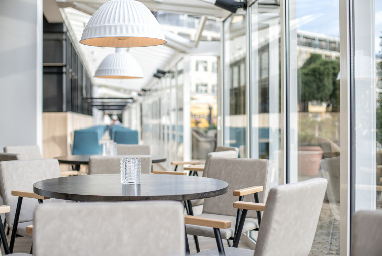 Doorkijk_serre_huiskamersfeer_nieuw_hotelrestaurant_Preston_Palace