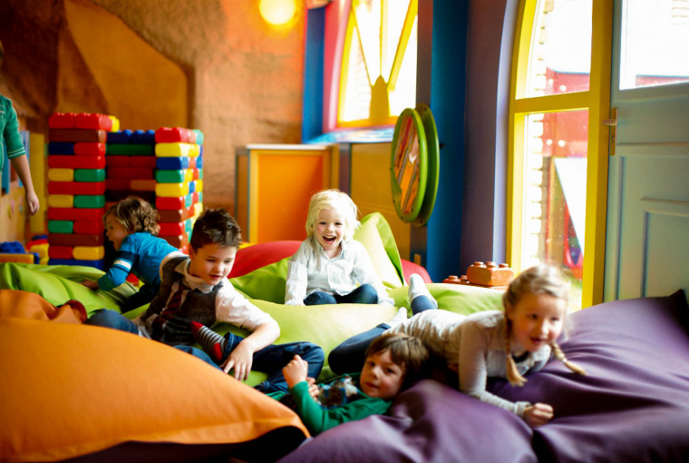Kinderen_ravotten_in_de_zitzakken_in_de_spelotheek_van_Preston_Palace