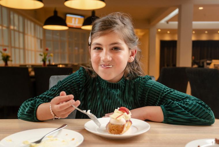 Meisje met taart in Black rock