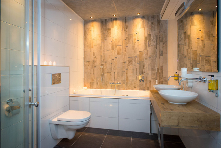 Royale_badkamer_met_whirlpool_stortdouche_Suite_Preston_Palace_all-inclusive_hotel