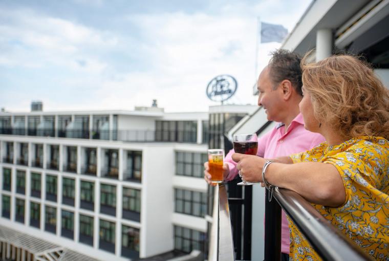 Op balkon met drankje