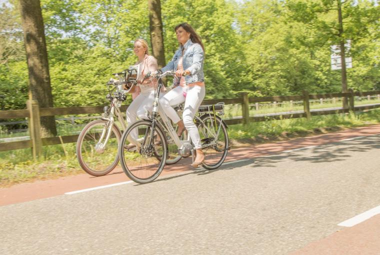 Vriendinnen_fietsen_in_mooie_omgeving_Preston_Palace