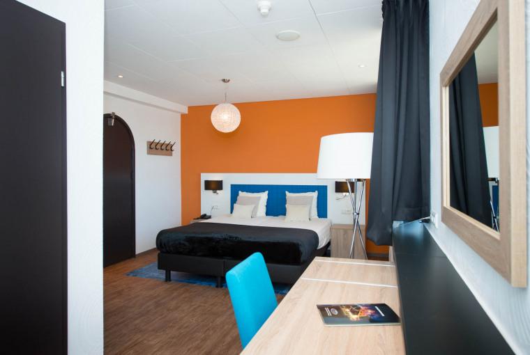 Bureau_en_tweepersoonsbed_in_Classic_Hotelkamer_Preston_Palace