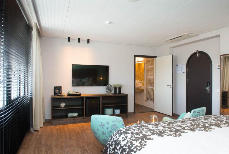 Royale_suite_met_zitje_Kingsize_bed_flatscreen_TV_Preston_Palace_all-in