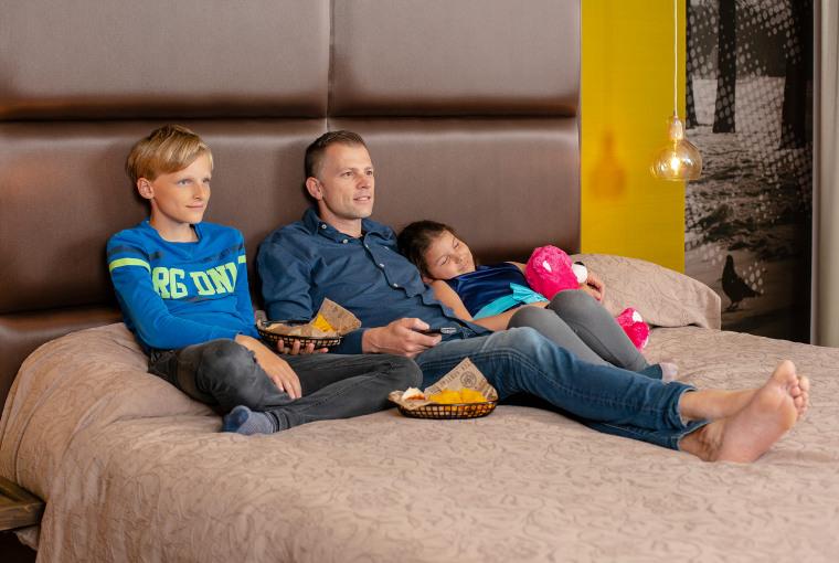 Vader met kids op bed