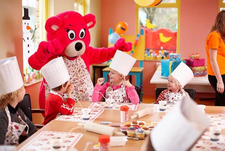 Kinderen_hebben_pret_met_mascotte_Alice_tijdens_cupcake_kinderfeestje_in_Preston_Palace