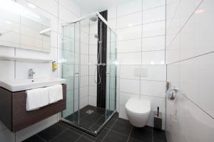 Badkamer_met_douche_en_toilet_Royal-hotelkamer_Preston_Palace
