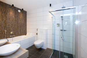 Stortdouche_in_luxe_badkamer_in_Suite_Preston_Palace